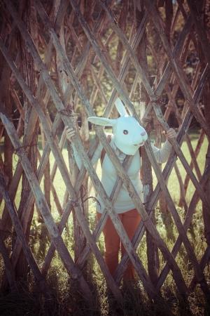 rabbit cage: giovane hipster, coniglio maschera di donna nella gabbia in autunno Archivio Fotografico