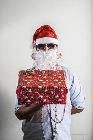 babbo natale: funny santa claus babbo natale gift box on white background
