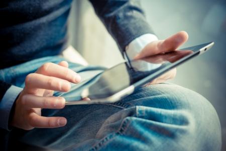 fermer des mains multitâches homme utilisant la tablette, ordinateur portable et wifi cellhpone connexion