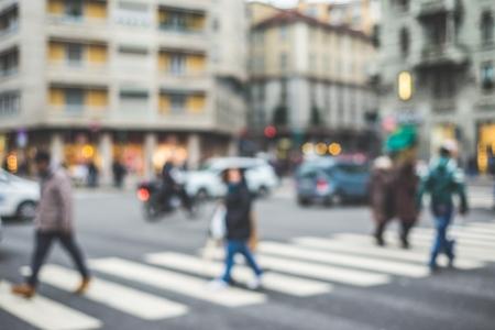 urban colors: la ciudad y la gente borrosa escena urbana