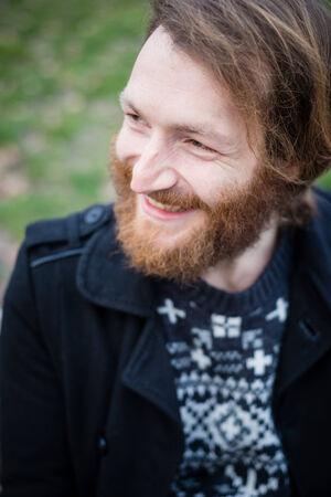 공원에서 젊은 hipster 빨간색 수염 난된 남자