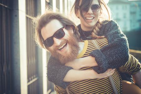 parejas jovenes: joven ciudad urbana moderna con estilo pareja al aire libre