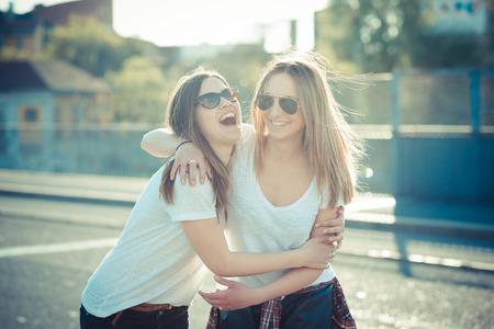 도시에서 재미 두 아름 다운 젊은 여성 스톡 콘텐츠