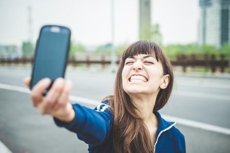 mooie vrouw selfie in een desolaat landschap Lurban