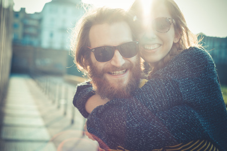 gafas de sol: joven ciudad urbana moderna con estilo pareja al aire libre