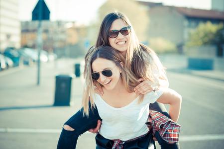 2 つの美しい若い女性を街で楽しんで 写真素材
