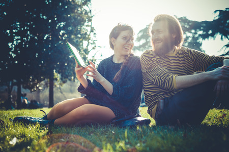 야외 도시의 도시에서 태블릿을 사용 하여 젊은 현대적인 세련 된 커플