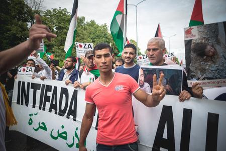 2014 年 7 月 26 日にミラノで開催されたミラノ, イタリア - 7 月 26 日: プロのパレスチナの症状。人々 はイスラエルの戦争と原爆投下に対してガザ地区