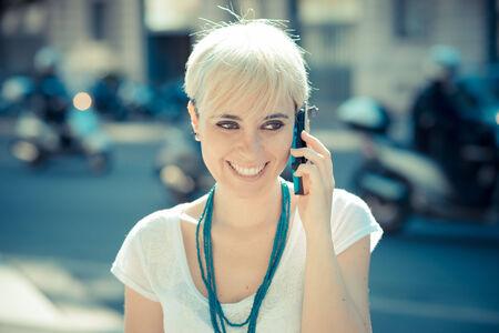 hair short: giovane e bella donna breve hipster, capelli biondi in citt�