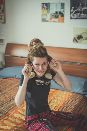 若いレズビアンのスタイリッシュな髪のスタイルの女性自宅