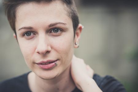 lesbianas: joven lesbiana mujer del estilo de pelo con estilo