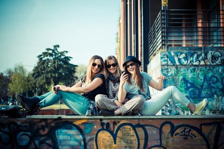 都市のコンテストで本格的な 3 人の美しい友人