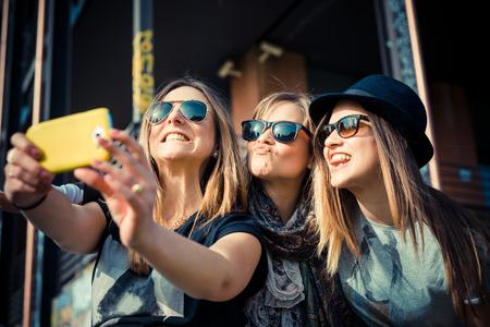with friends: tres hermosas aut�nticos amigos en concurso urbana