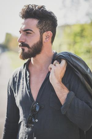 젊은 잘 생긴 매력적인 수염 된 모델 남자 도시 컨텍스트에서