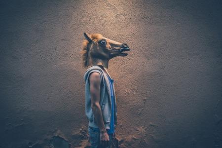 paard masker jonge hipster man in de stad