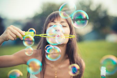 泡を吹いて白いドレスと美しい若い女性 写真素材 - 33995467