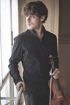 violinista: young handsome blonde italian violinist Foto de archivo