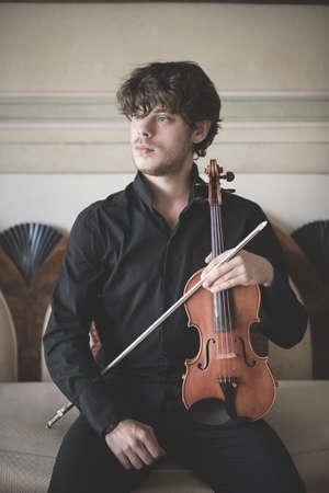 violinista: apuesto joven rubia violinista italiano
