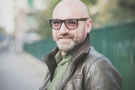 bald man: apuesto hombre de mediana edad en la ciudad