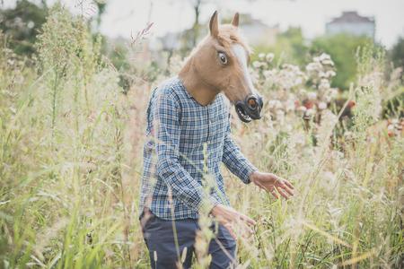 草の馬マスク不条理な男
