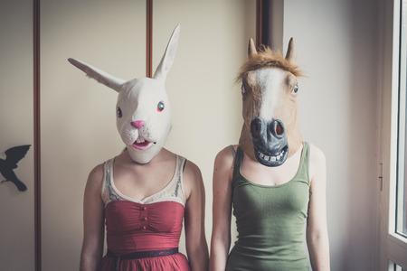 pareja casa: La m�scara del conejo y la m�scara de caballo pareja en el hogar Foto de archivo