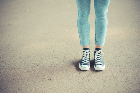 piernas mujer: cerca de la mujer piernas con polainas y zapatillas de deporte al aire libre