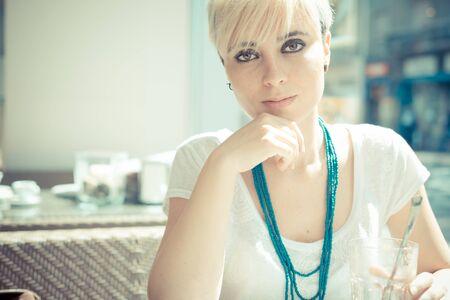 cabello corto: hermosa joven rubia mujer inconformista pelo corto en el caf�