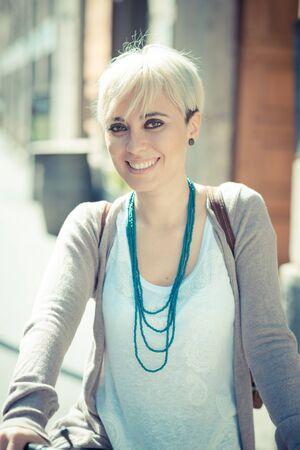 美しい若い金髪ショートヘア流行に敏感な女性 witk 自転車市で