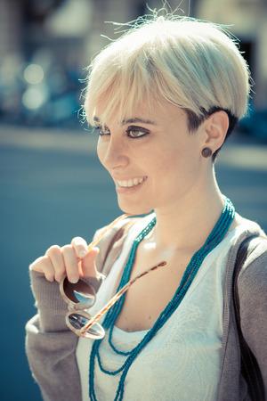 cabello corto: hermosa joven rubia mujer inconformista pelo corto en la ciudad Foto de archivo
