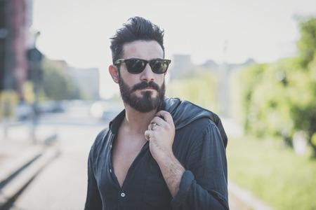 beau jeune homme modèle attractif barbu en contexte urbain