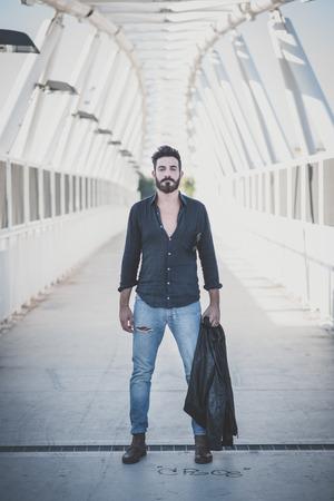 Bel giovane attraente barbuto uomo modello in contesto urbano Archivio Fotografico - 37458655