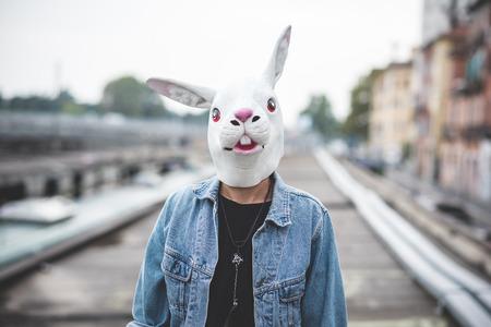 lapin: masque de lapin beau jeune homme hipster barbu dans la ville