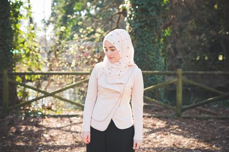 봄에 공원에서 젊은 아름 다운 이슬람 여자