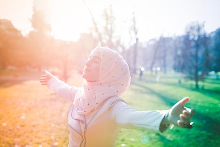 春の公園で若い美しいイスラム教徒の女性