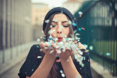 брюнетка: молодая красивая брюнетка девушка на открытом воздухе