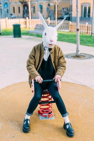 Jonge mooie Aziatische hipster vrouw in de stad draagt ??konijn masker in een playground- carnaval, halloween, gek begrip Stockfoto - 64614463