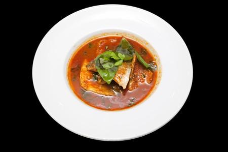 pesce cotto: Cotte in un piatto di pesce. Isolato su sfondo nero. Archivio Fotografico