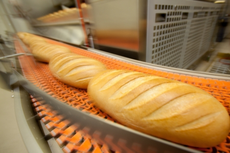 linea de produccion: Pan f�brica de alimentos de panader�a. El pan blanco. pan Foto de archivo