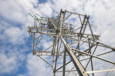 torres el�ctricas: unas torres el�ctricas de alta tensi�n contra el cielo azul