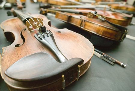 violines: Violines en la mesa Foto de archivo