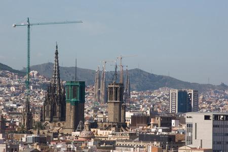 descubridor: BARCELONA, ESPAÑA - 05 de agosto: Paisaje urbano de Barcelona. Vista aérea visto desde la columna de Columbus 05 de agosto 2011 en Barcelona, ??España.