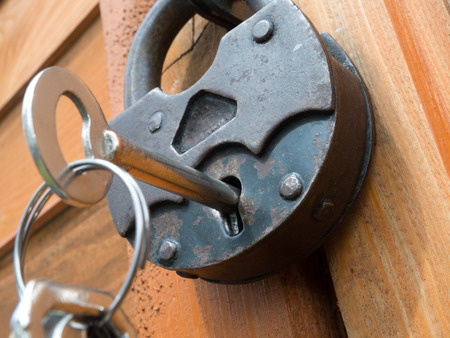 Old padlock on a wooden door Foto de archivo