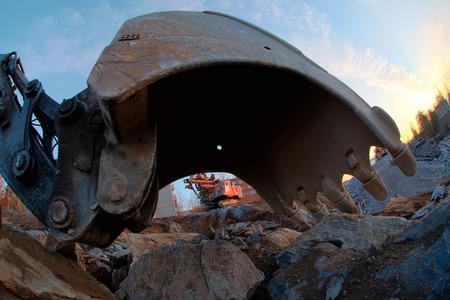 front loader: Cucharada de la excavadora cerca. Parte de vehículo terrestre. Foto de archivo