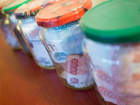 Słoiki gotówki. Szkło konserwowe z banknotów