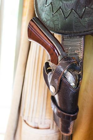holster: Pistolera vaquero con el arma y las balas Foto de archivo