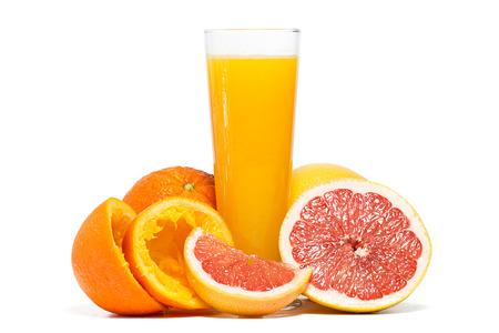 toronja: Las naranjas, pomelo y el jugo de naranja aislada sobre fondo blanco. Estudio de disparo. Foto de archivo
