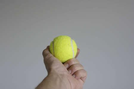 손에 테니스 공