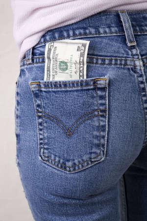 jeans apretados: Sexy mujer con un proyecto de ley cinco d�lares en su bolsillo trasero