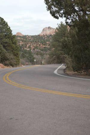 A downhill curve in a road in Colorado Springs, Colorado. 版權商用圖片