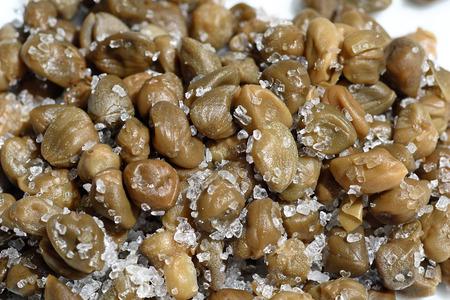 alcaparras: Alcaparras en sal en blanco
